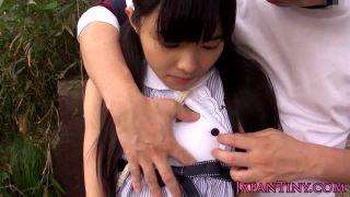 ちっちゃい女の子を庭先に連れ込んで無毛マンコを堪能するオジサン
