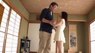 貧乳ロリ少女がパパを誘惑してちっちゃいアソコに生挿入